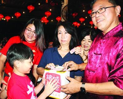 黄泉安(右)与林秀琴(左)呼吁一家大小支持『2018戊戌年槟城庙会』。