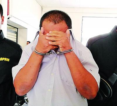玻州水利灌溉局领导被反贪会押上法庭时,坐对手遮脸避开摄影镜头。
