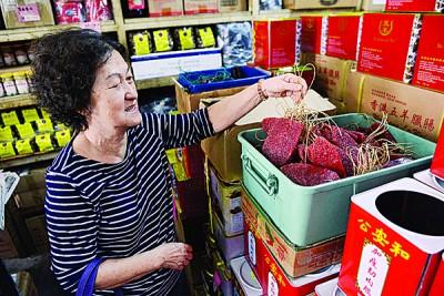 锺女士在每年新春前,都会到「广德」选购腊味。