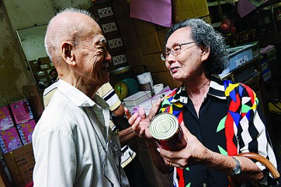 陈凤新(右)与老朋友胡树球(左)谈笑风生。