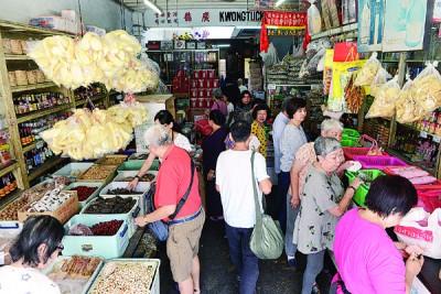 """不少老客户趁春节来临前到""""广德""""选购年货。"""