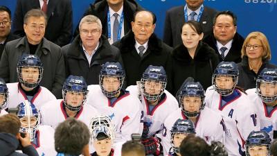韩朝冰球联队首度亮相,文在寅(后排左起)、国际奥委会主席巴赫、金永南及金与正联合观战。