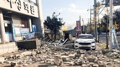 浦项去年就先后有两次地震,震后街头都是瓦砾。
