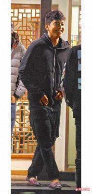 王大陆踩着拖鞋出席聚会,近年在中国发展顺遂的他笑脸迎人。