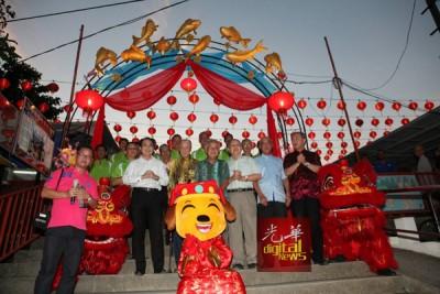 谢清渊及罗兴强等主持蛇庙亮灯仪式。
