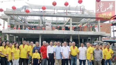 随着到访居林,廖中莱同马华领袖也到广福宫打听美化工程进行。