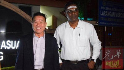 林峰成(左)在雷尔陪同下,脸挂着笑容步出反贪会。