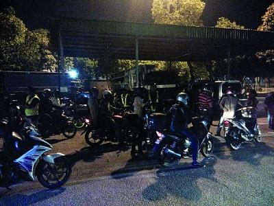 执法人员检查摩托车。