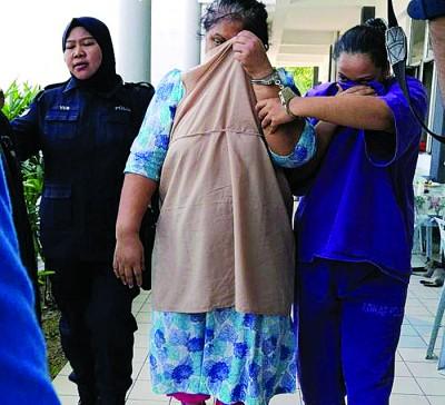 嫌犯以外套遮脸,躲避镜头拍摄。