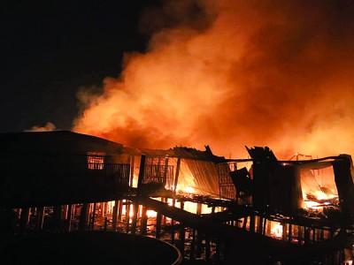 烈火无情地吞噬了多间拥有百年历史的木屋。