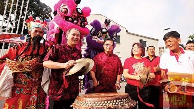 罗兴强(左起)、黄泉安及林秀琴以过去日落洞巴刹拜年之际,当相当醒狮表演下敲锣打鼓,为团拜现场萦绕着快乐之锣鼓声。
