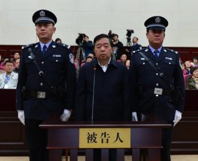 前南京市长季建业(右)前后收受9次贿款,一审判囚15年。