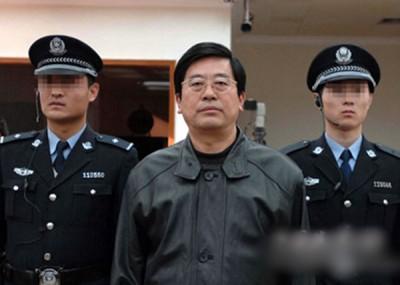 """聂玉河(左)曾收到下属公司的经理赠送一条""""鱼"""",鱼袋内竟藏10万元(约6万令吉)现金。"""