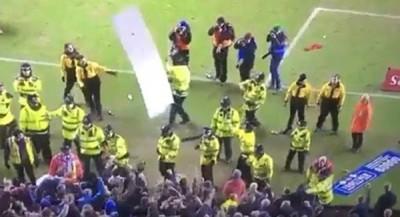 球迷将看台上多次只广告牌拆下,连投进场内。