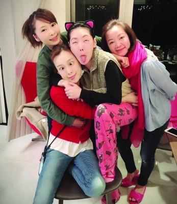 Makiyo(左起)与好姐妹范玮琪、小S、阿雅一起合影做鬼脸。
