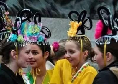 地方少女打扮成中国古代底贵族女子。