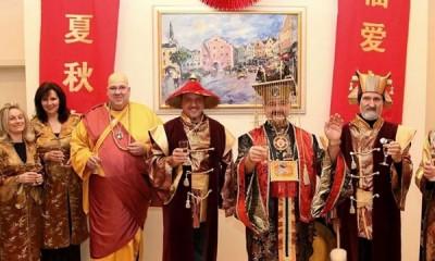 居民在狂欢节中都换上中国的衣物。
