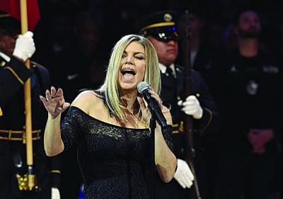 """42岁的""""黑眼豆豆""""主唱菲姬在NBA明星赛演唱美国国歌,改编的慢板、爵士曲风遭到网友炮轰。"""