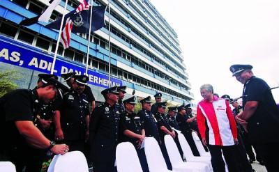 阿末扎希出席彭州警方管理会议后,与警官们合影。