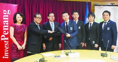 林冠英(左3)见证罗斯里(左2)与山田健二(左4)互换购地签署合约。
