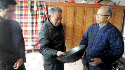 牛祺圣介绍自己打造的铁锅。