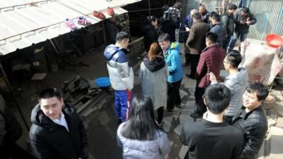 牛祺圣家中挤满了前来买锅的客人。
