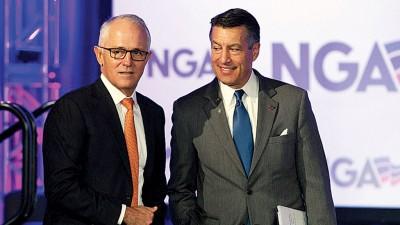 特恩布尔(左)与内华达州州长桑多瓦尔。
