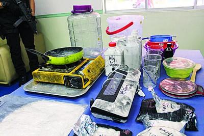 炼毒集团以各种简单厨具炼毒供应本地和新加坡。