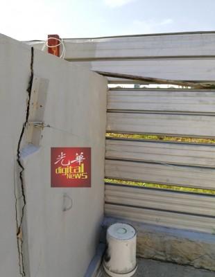 凶手以洗衣桶垫高攀越围墙离开。