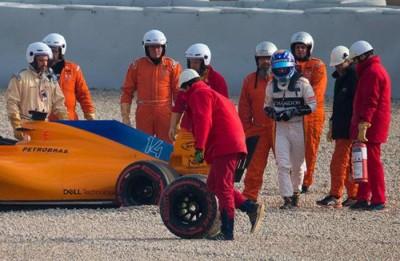 车队人员为阿隆索的战车安装新的轮胎。