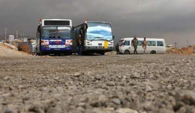 检查站有巴士接载平民离开,不过未见出人民现身。(法新社照片)