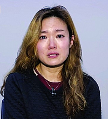 舞台剧演员严志英受新闻节目访问。