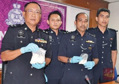 奥玛巴迪亚(左起)在肃毒组主任沙里尔及查官员陪同下展示所起获的毒品。