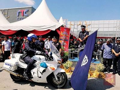 """吉州总警长拿督再纳阿比丁为新春佳节""""安全行动""""主持推介礼。"""