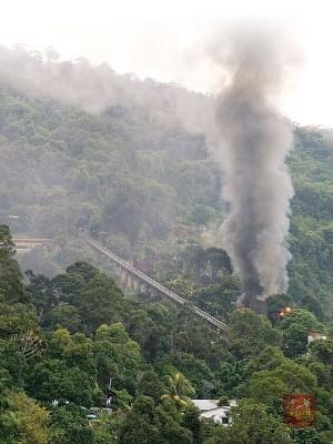 升旗山缆车道旁的民宅周三早上发生火灾,所幸火势没有蔓延。
