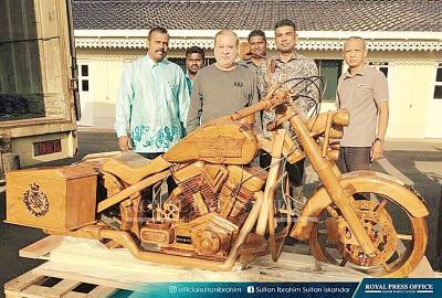 上获得印裔社区领袖送来的一律部哈雷戴维森摩托车木制品。