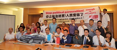 倪可汉(坐者左5)联同两位被警方传召问话的杨祖强(左6)及西华苏巴马廉(左4),在尼查、倪可敏以及希联议员和支持者的陪同下在记者会上拉起横幅抗议。