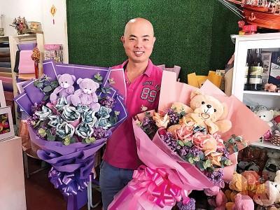 """郭隆华表示情人节最多人订的花束是""""钞票花"""",曾接获最大束的订单约3000令吉。"""