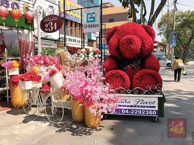 """""""玫瑰花熊""""是今年最流行的情人节礼物。"""