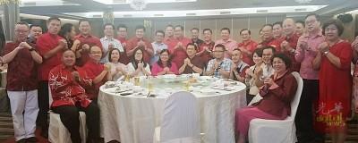 廖中莱(中)与媒体代表提前欢庆农历新年。左起为刘锦明、黄福安;右起为王钟璇和吴国平。