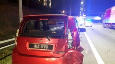 亲乘坐的跨薇轿车后侧车身被撞毁。