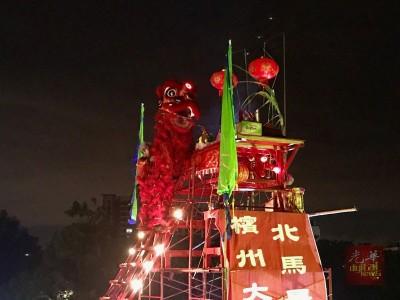 忠华龙狮团舞狮成功登上33尺8寸高天公座,获得马来西亚纪录大全。