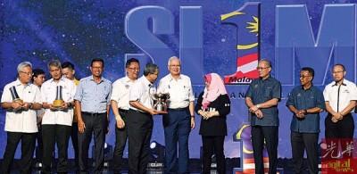 纳吉(左6)通告一个马来西亚培训计划最佳雇主奖杯授予UEM集团,鉴于该集团首席执行员拿督依扎面临(左5)连领。左3自打凡阿末沙比里、阿都拉曼以及理查烈(左8)。