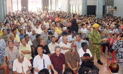 1080名贫老获赠明星慈善社的新年红包。