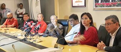 马哈迪(中)在主持希望联盟领导层会议后, 在记者会上发表谈话。