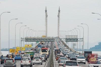 槟城大桥将在非繁忙时段,即上午9时30分至下午5时30分,以及晚上9时至清晨6时关闭一个车道。(档案照)