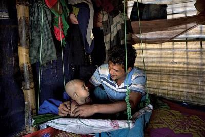 古达平村一名父亲偕幼子逃到孟加拉的难民营。