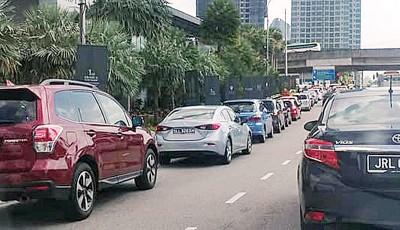 马来西亚人回新时塞在车龙里,怨声载道。