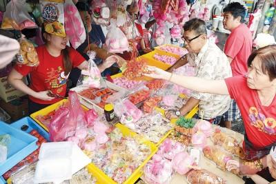 """抢购拜天公供品,槟城福建人准备""""过年""""了。"""