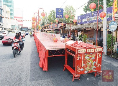 姓周桥外路边,排好一个长型的红桌子,等着家家户户将供品摆放在户外的这张神桌上,午夜时分集体拜天公。